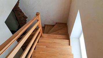 objets d'intérieur. escalier en bois, lampe au mur. photo