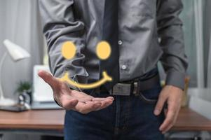 homme d'affaires montrant la satisfaction du service avec le sourire photo
