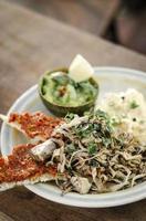 brunch mexicain moderne de champignons frits avec du guacamole et du pain grillé à la pâte de poivron rouge épicé et des œufs brouillés photo