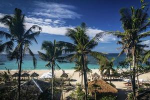 célèbre vue sur la plage de puka sur l'île tropicale de boracay aux philippines photo
