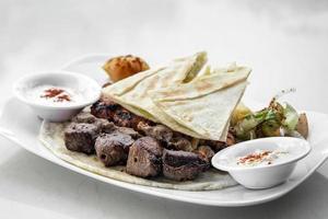 Ensemble de viandes grillées au barbecue libanais meshwi avec poulet, agneau et boeuf au restaurant de Beyrouth photo