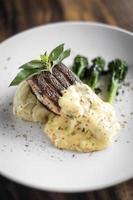 filet de poisson au saumon grillé avec purée de pommes de terre et crème à la moutarde de dijon photo