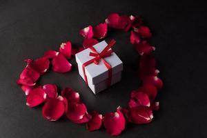 coffret cadeau avec rose rouge. photo