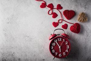 réveil rouge avec coeur rouge, concept de la Saint-Valentin. photo