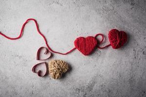 coeur de fil rouge en forme sur le fond du mur. photo