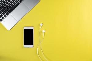 téléphone portable vue de dessus sur un bureau blanc. photo