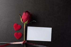 rose rouge avec carte blanche. photo