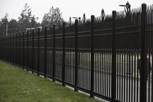 clôture en fer en aluminium peint en marron photo
