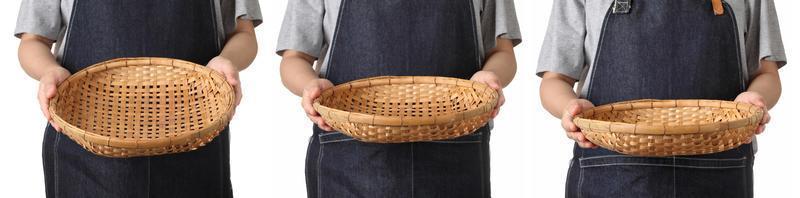 Chef tenant un panier en bois sur fond blanc photo