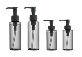 bouteilles en plastique avec pompe distributrice sur fond blanc photo