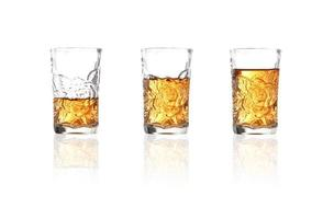 Whisky en verre à liqueur sur fond blanc photo