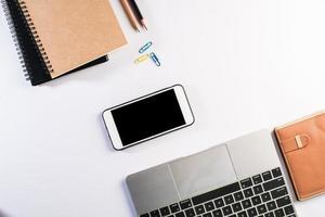 table de bureau à plat, vue de dessus. arrière-plan de l'espace de travail. photo