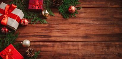 composition de noël sur fond en bois. coffrets cadeaux photo