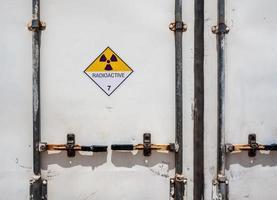 panneau d'avertissement de rayonnement sur l'étiquette de transport classe 7 au conteneur photo