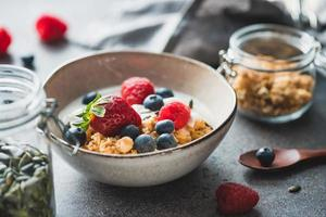 petit-déjeuner sain, céréales avec baies et yaourt photo
