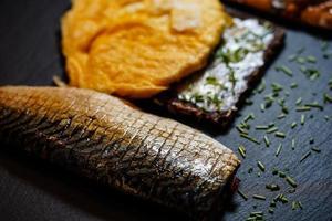 galettes de poisson de filet de maquereau fumé avec salade photo