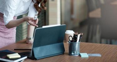 gros plan femme d'affaires travaillant avec ordinateur portable sur bois photo