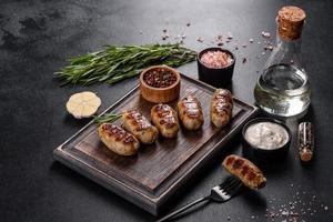 saucisse grillée avec ajout d'herbes et de légumes photo