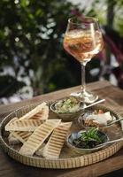 Plateau de tapas snack mezze turc végétarien sur table de restaurant en bois rustique photo