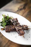 sauce soja sucrée épicée asiatique et brochettes de porc barbecue grillé aux graines de sésame au restaurant singapour photo