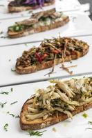 Tiborna traditionnel portugais grillé sandwich ouvert tapas snacks sur table photo