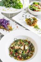 sélection de collations et de salades traditionnelles portugaises mixtes sur la table du restaurant de lisbonne photo