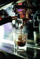 Faire du café expresso en gros plan avec une machine à café moderne photo