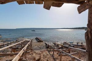 Les quais des pêcheurs de la plage de Migjorn à Formentera en Espagne photo