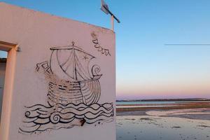 maison blanche avec message suivez vos rêves, à las salinas. photo