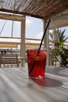 sangria, boisson fraîche espagnole traditionnelle en verre photo