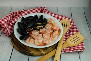 moules et crevettes fruits de mer bien-aimés photo