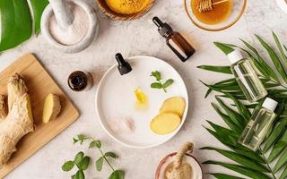 huile, gingembre, menthe, sel de l'Himalaya et miel doré en pot photo