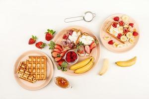 gaufres aux fruits et baies, crème et miel dans une assiette photo