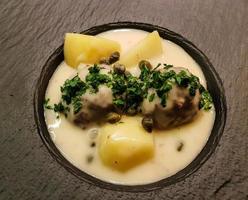 boulettes de viande koenigsberger klopse et pommes de terre avec sauce aux câpres photo