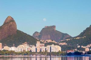 Réglage de la lune près de la pierre de gavea à rio de janeiro, brésil photo