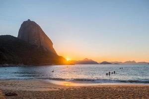 lever du soleil sur la plage rouge d'urca à rio de janeiro, brésil photo