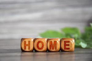 le mot maison est écrit sur des cubes en bois photo