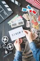 belorechensk, russie 2021- mains de femme tenant des billets de cinéma vintage rétro photo