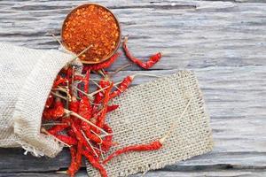 piments rouges séchés bio sur une vieille table en bois photo
