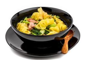 savoureuse soupe wonton sur fond blanc photo