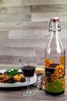 verre et bouteille de vin rouge photo