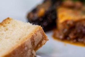 détail du pain sur un plat de poisson photo