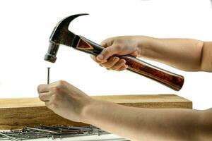 marteau à main frappant un clou photo