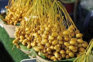 dattes jaunes crues sur le marché thaïlandais, fruits sains photo