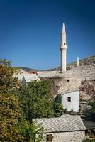 maisons de la vieille ville historique et vue sur la mosquée à mostar en bosnie photo