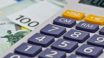 Détail d'une calculatrice avec 100 billets en euros photo