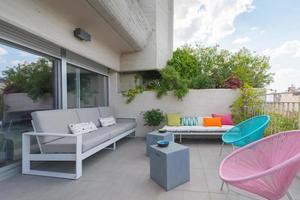 belle terrasse à la décoration colorée au centre-ville de madrid photo
