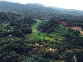 villages et champs dans les montagnes verdoyantes photo