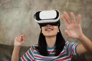 femme asiatique avec casque vr, regardant la simulation virtuelle 3d. photo