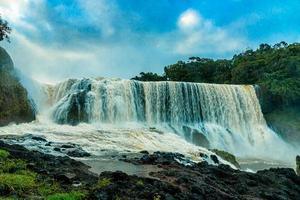 la puissante cascade de sae pong lai dans le sud du laos. photo